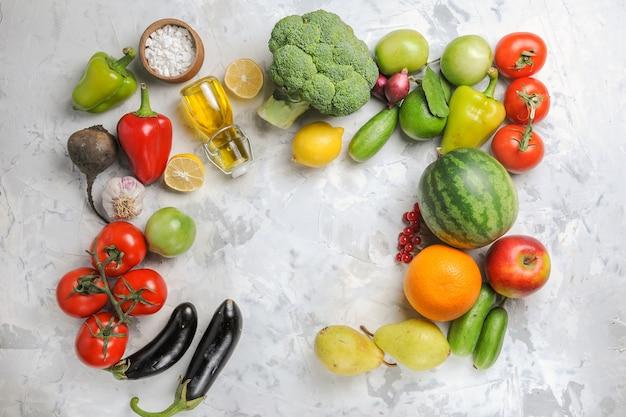 Vista dall'alto di verdure fresche mature con frutta su sfondo bianco