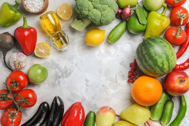 Vista dall'alto verdure fresche mature con frutta sulla scrivania bianca