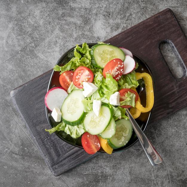 Вид сверху свежий салат с органическими овощами