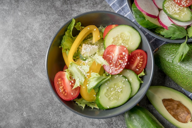 トップビューフレッシュサラダと有機野菜