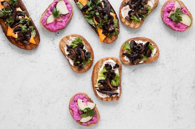 Вид сверху ассортимент свежих бутербродов на фоне цемента