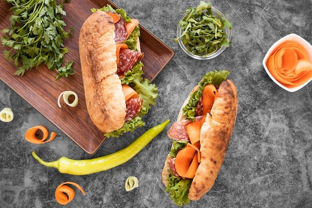 Вид сверху ассортимент свежих бутербродов