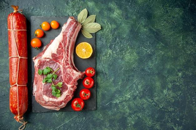 上面図新鮮なソーセージ、赤いトマトと薄暗い背景の肉スライスサンドイッチ肉料理パン色動物ハンバーガー空きスペース