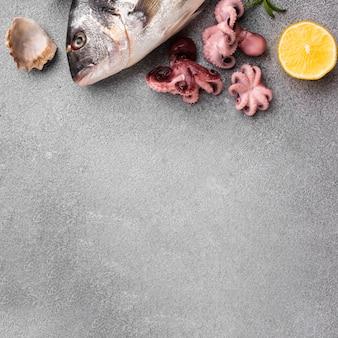 Вид сверху свежие морепродукты микс на столе