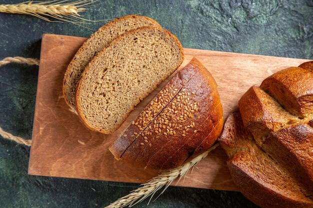 暗い机の上に新鮮なスライスされたパンの上面図