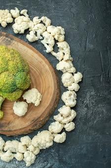 Vista dall'alto di cavolfiore affettato fresco cerchiato sul tavolo grigio chiaro insalata dieta foto cibo pasto cavolo