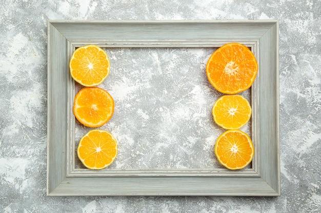 흰색 표면 익은 과일 이국적인 신선한 열대의 프레임 안에 있는 신선한 얇게 썬 오렌지의 부드러운 감귤류