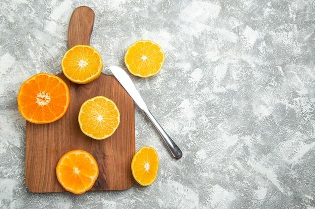 상위 뷰 신선한 얇게 썬 오렌지 흰색 표면에 감귤류의 감귤류 익은 과일 이국적인 신선한 열대