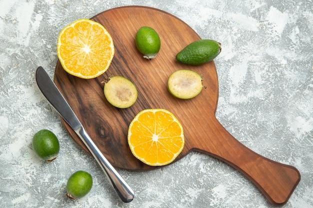 上面図新鮮なスライスしたオレンジと白い表面にフェイジョア熟したフルーツエキゾチックなトロピカルフレッシュ