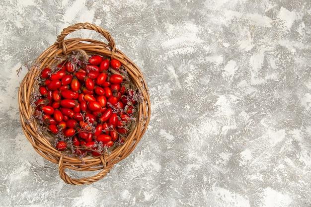 Vista superiore fresca acida cornioli all'interno del cestello su sfondo bianco frutti berry vitamina sour mellow albero pianta selvatica