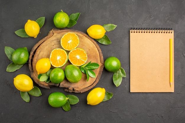 Vista dall'alto limoni freschi aspri sul tavolo scuro agrumi lime