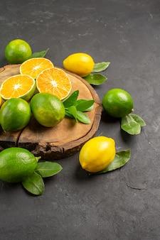 暗い床の柑橘類のライムの果実の上面図新鮮なサワーレモン