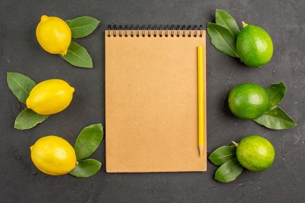 トップビューダークテーブルのフレッシュサワーレモンライムフルーツシトラスメロウ熟した