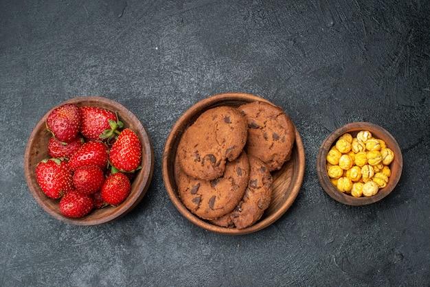 어두운 테이블 달콤한 과일 쿠키에 비스킷과 상위 뷰 신선한 딸기