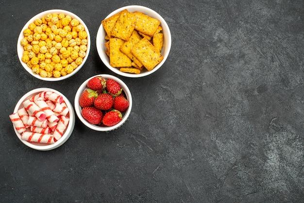 Fragole fresche vista dall'alto con diversi snack