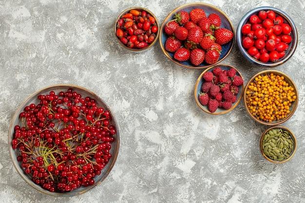 Vista dall'alto fragole fresche con bacche rosse su sfondo bianco