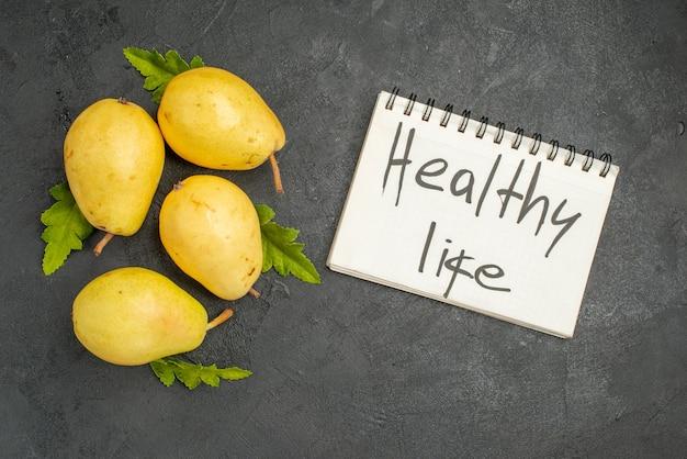 灰色の背景に新鮮な甘い梨の上面図