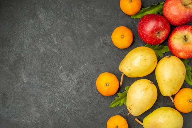 灰色の背景にみかんとリンゴの上面図新鮮な甘い梨