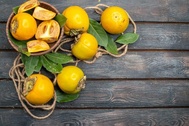上面図木製テーブルの新鮮な甘い柿、果実の熟した味