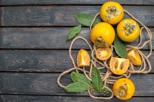 나무 시골 풍 테이블에 상위 뷰 신선한 달콤한 감, 과일 부드러운