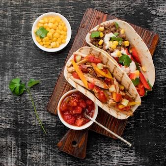 Vista dall'alto tacos freschi con carne e verdure