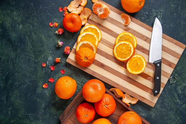 Вид сверху свежие мандарины с апельсинами на темном фоне овощная диета салат пить еда цитрусовые фрукты еда здоровье экзотика
