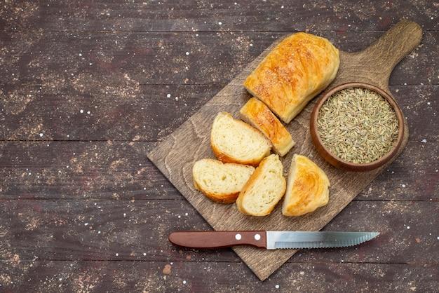 Vista dall'alto fresco gustoso pane lungo panino formato pasta tagliata sulla scrivania in legno marrone panino pasta pasta pane farina