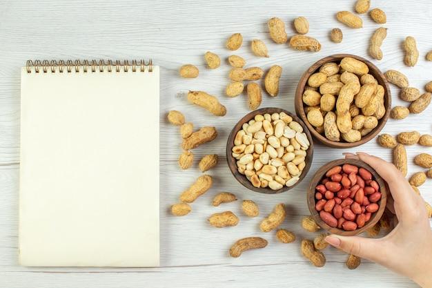 Vista dall'alto gustose arachidi fresche sul tavolo bianco colore dado cinema foto snack film semi