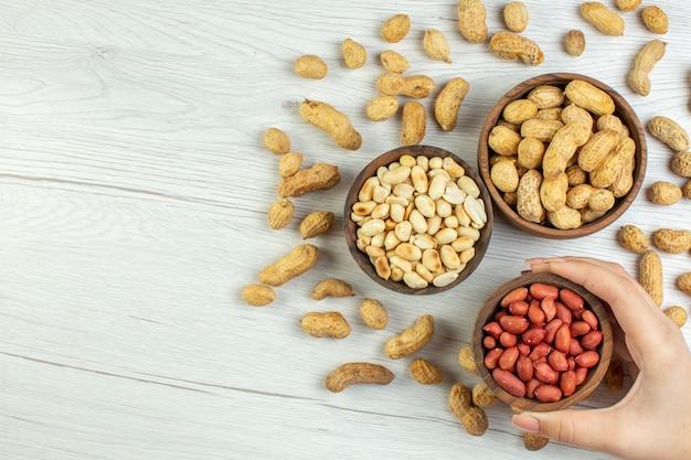 Vista dall'alto gustose arachidi fresche sul tavolo bianco