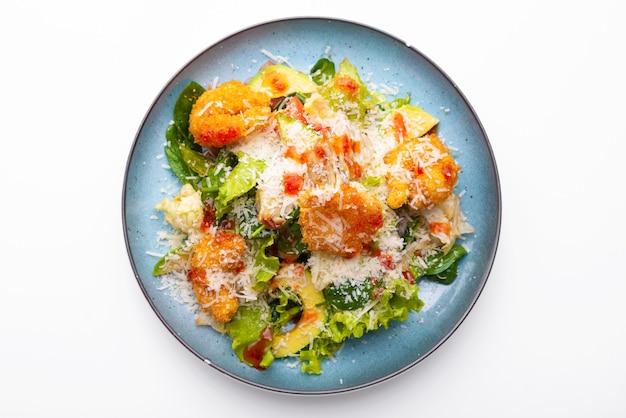 Вид сверху свежий вкусный салат с креветками, авокадо и пармезаном