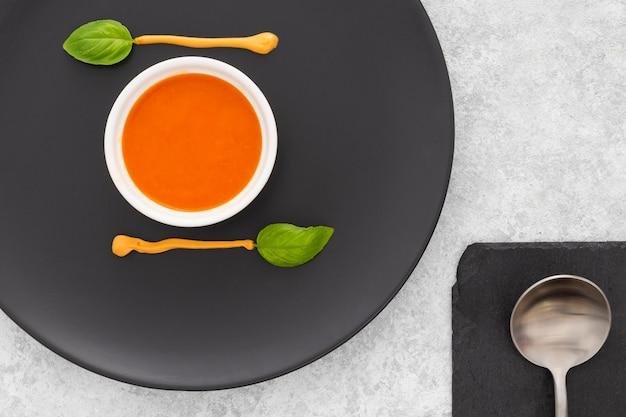 Вид сверху свежий томатный суп на тарелке