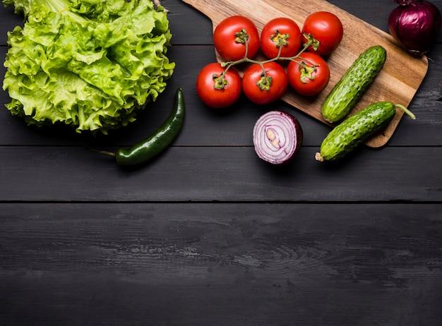 トップビューの新鮮なトマトとサラダ