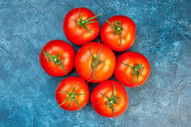 Vista dall'alto pomodori freschi su un tavolo blu