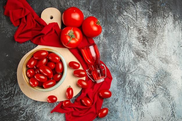 プレート内のトップビューフレッシュトマト