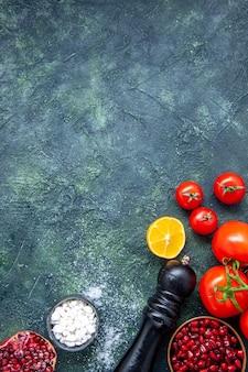 Macinapepe con bottiglia di olio di pomodori freschi vista dall'alto sul tavolo della cucina con posto per la copia