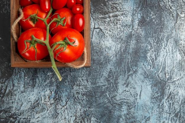 Pomodori freschi vista dall'alto con quelli ciliegia all'interno della scatola