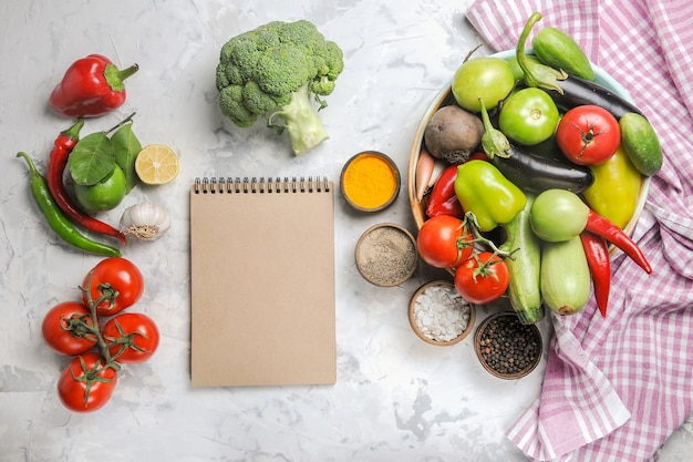 上面図白い背景の上のプレート内の新鮮な野菜の組成物