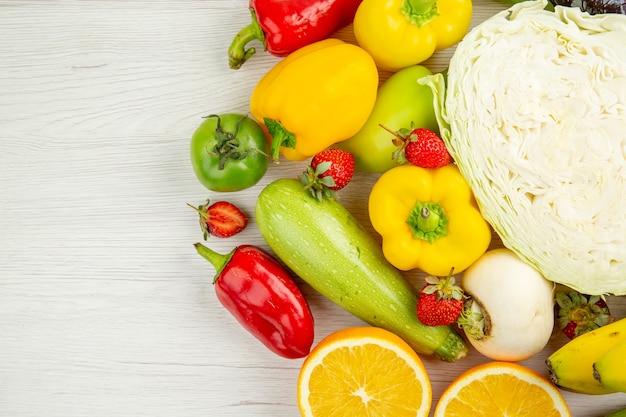 上面図白い背景の上の果物と新鮮な野菜の組成物