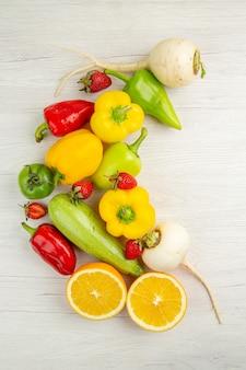 Composizione di verdure fresche vista dall'alto con frutta su sfondo bianco