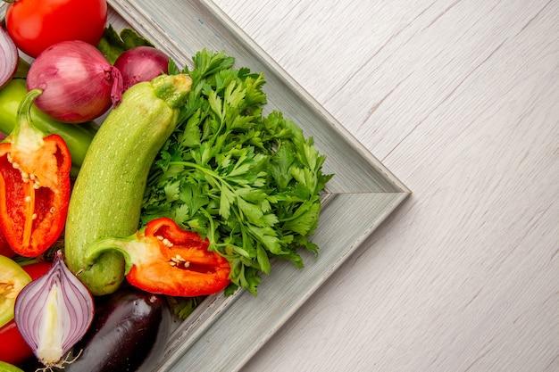 흰색 테이블에 프레임 안에 채소가 있는 상위 뷰 신선한 야채 구성