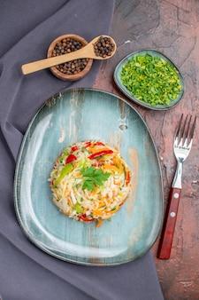 暗いテーブルの色の食事健康的な生活ダイエット食品の写真に緑のプレート内の新鮮な野菜サラダの上面図