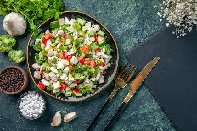 Vista dall'alto insalata di verdure fresche con formaggio e verdure sulla superficie blu scuro ristorante pasto colore salute pranzo cucina dieta cibo fresco
