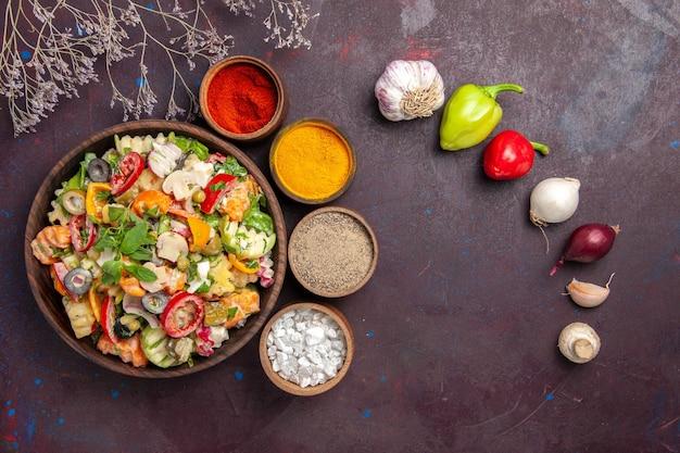 Vista dall'alto di verdura fresca. insalata con diversi condimenti su viola nero
