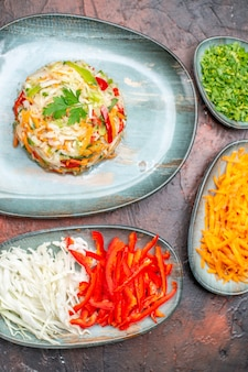 Insalata di verdure fresche vista dall'alto con cavolo carota a fette e peperoni sul tavolo scuro