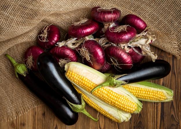 Композиция из свежих овощей вид сверху