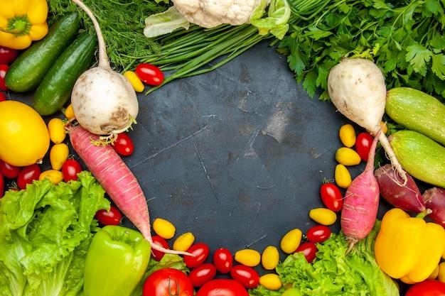 상위 뷰 신선한 야채 체리 토마토 cumcuat 양상추 딜 노란색 피망 오이 호박 중앙에 여유 공간