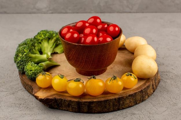Вид сверху свежие овощи окрашены на светлом полу