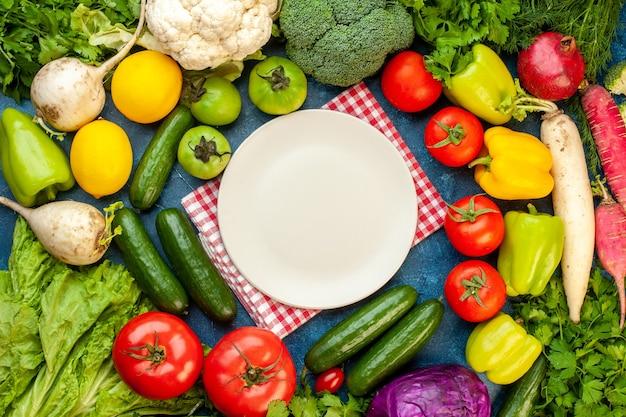 Composizione di verdure fresche vista dall'alto sul tavolo blu
