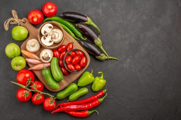 Composizione di verdure fresche vista dall'alto su uno sfondo scuro