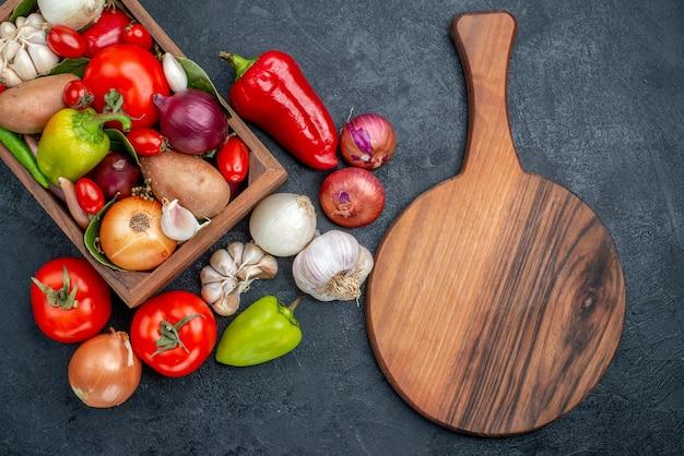 Composizione nella verdura fresca di vista superiore sull'insalata fresca matura di colore della tavola scura